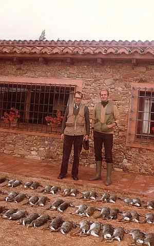 Juan Carlos I y el escritor Miguel Delibes asesinan al menos 40 conejos en una jornada